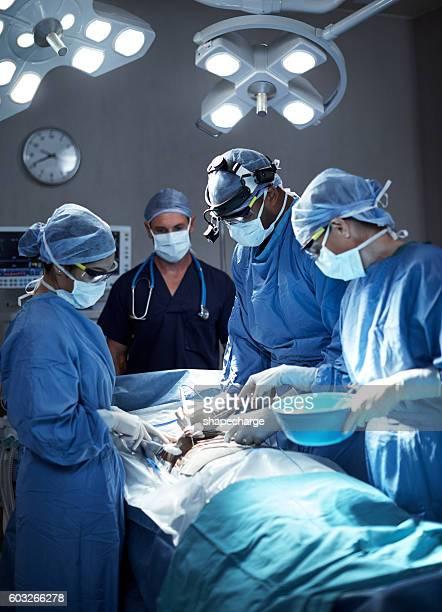 einen positiven einfluss auf die gesundheit des patienten - kopfbedeckung stock-fotos und bilder