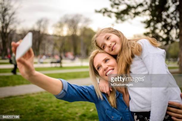 faire un selfie. - jolie fille photos et images de collection