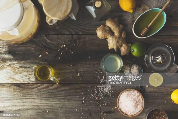 apple apfelessig-salat-dressing machen - stoffwechsel entgiftung stock-fotos und bilder