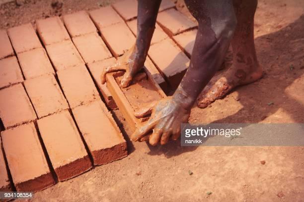 ziegel machen aus ton in afrika - lehm mineral stock-fotos und bilder