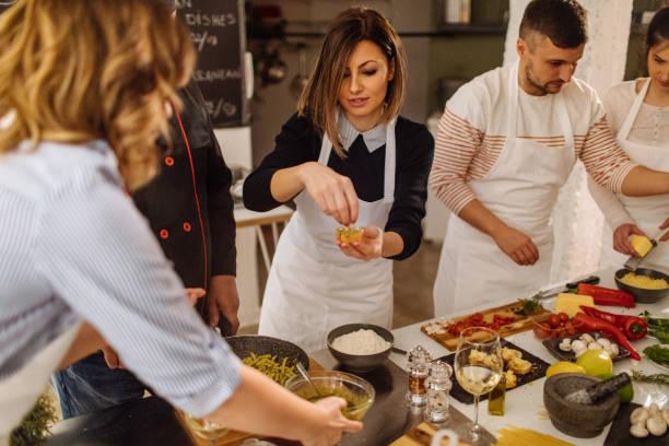 在烹飪課上做 bruschetta - 焗 預備食物 個照片及圖片檔