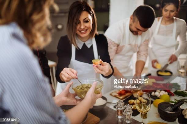 making bruschetta at a cooking class - imparare foto e immagini stock