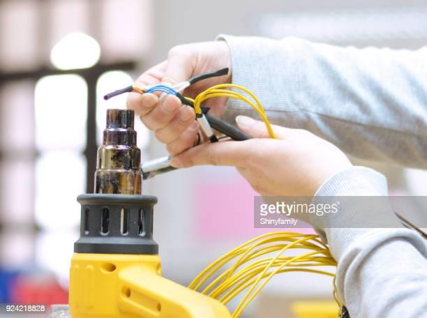 fazendo cabo conectores para indústria autoelétrica. - cu fan - fotografias e filmes do acervo