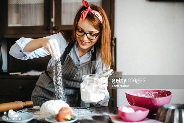 fazendo bolo por mãos femininas na padaria - fazer um bolo - fotografias e filmes do acervo