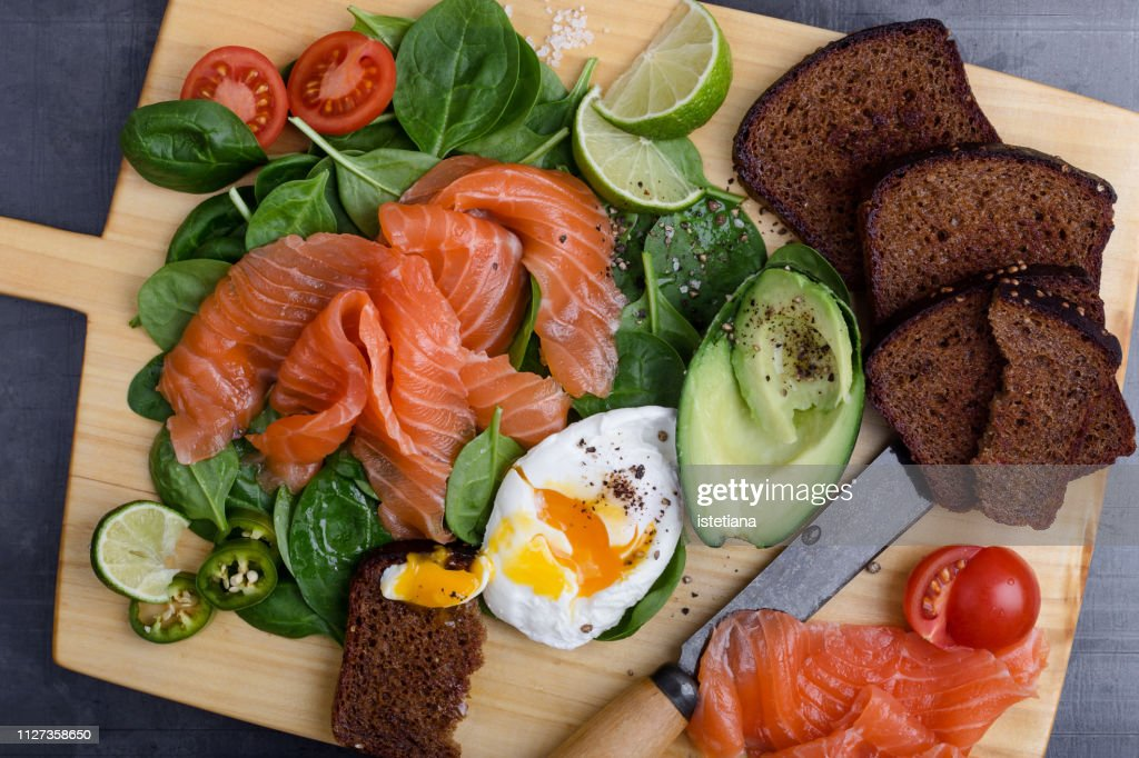 Making delicious salad with  salted salmon and fresh vegetables : Foto de stock