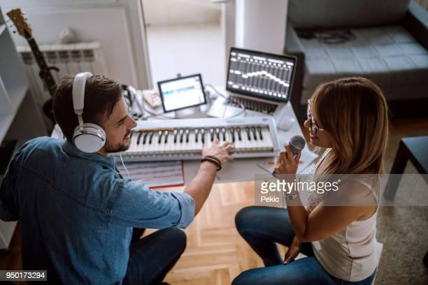 デュエットを作る - 電子音楽 ストックフォトと画像