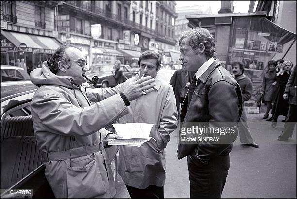 Making film 'Peur sur la ville' in Paris France on December 1974 In photo Director Henri Verneuil Charles Denner JeanPaul Belmondo