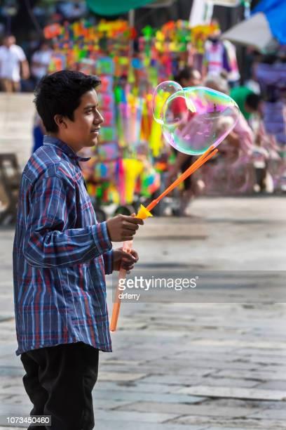 Faire des bulles géantes sur le Día de los Muertos, Oaxaca
