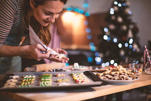 making gingerbread cookies for christmas - 焗 預備食物 個照片及圖片檔