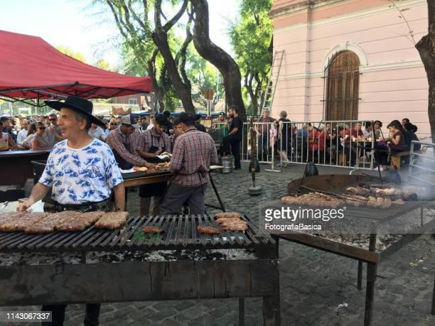 making grilled chorizos - carne assada imagens e fotografias de stock