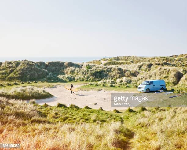 making her way from the van to the sea - camper van stock pictures, royalty-free photos & images