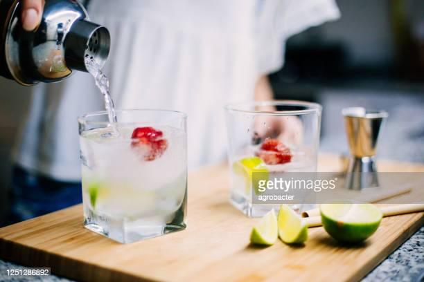 fare gin e tonic fatti in casa - preparazione foto e immagini stock