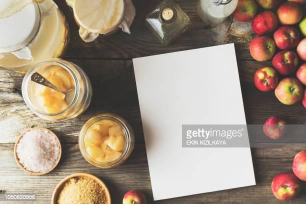hacer vinagre de manzana casero, revista blanco en blanco en la tabla - treats magazine fotografías e imágenes de stock