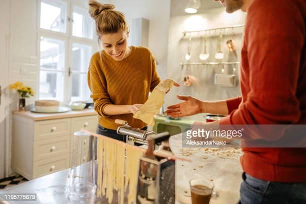 herstellung hausgemachter pasta - etwas herstellen stock-fotos und bilder