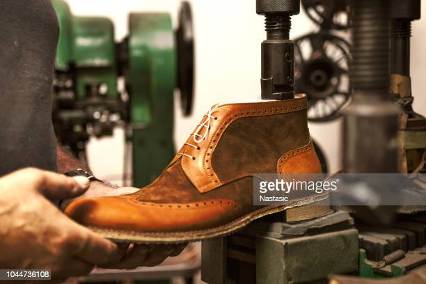 making luxury shoes - calzature di pelle foto e immagini stock