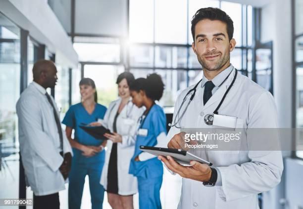 fazendo pesquisa médica mais esperto com aplicativos móveis - doutor - fotografias e filmes do acervo