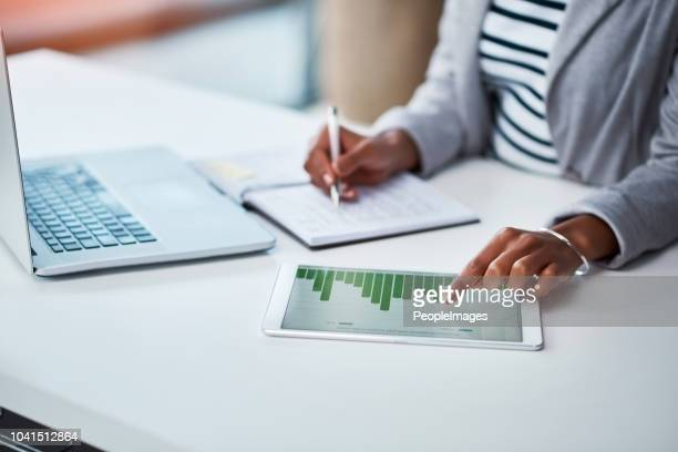 making money work for her business - finanza foto e immagini stock