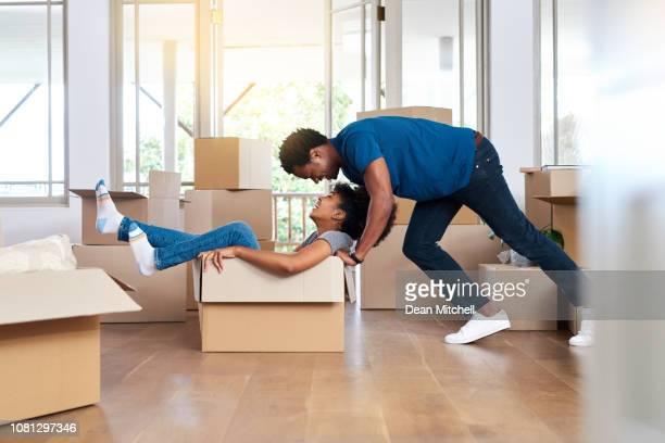 making moving day fun - empurrar atividade física imagens e fotografias de stock