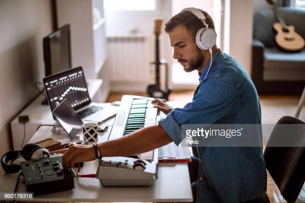 att göra musik eftersom han vaknade - klaverin och tangentinstrument bildbanksfoton och bilder