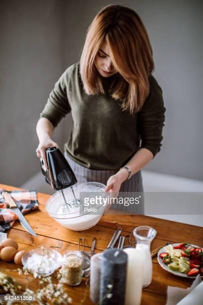 fazendo bolo delicioso creme - fazer um bolo - fotografias e filmes do acervo