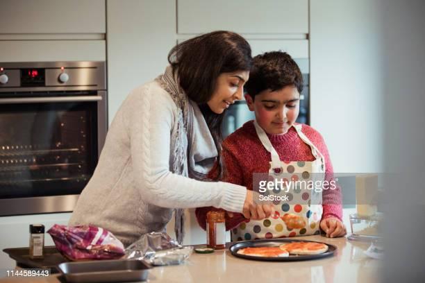 fazer pizza é divertido - autismo - fotografias e filmes do acervo