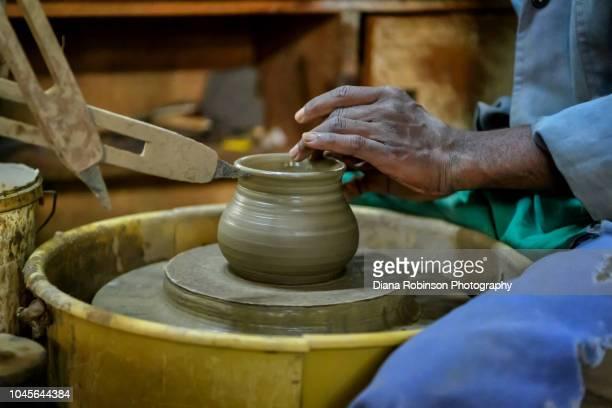 making pottery at kazuri bead factory, nairobi, kenya, east africa - conta artigo de armarinho - fotografias e filmes do acervo