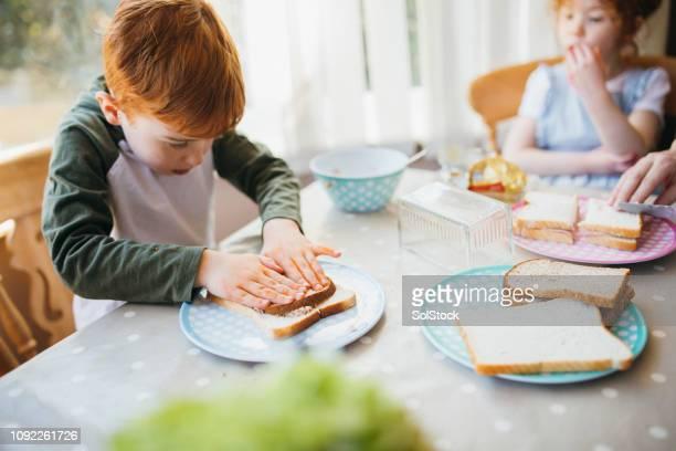 making sandwiches zum mittagessen - etwas herstellen stock-fotos und bilder