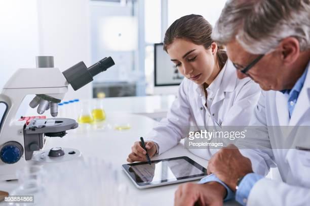 making sense of their latest findings - bioquímico imagens e fotografias de stock