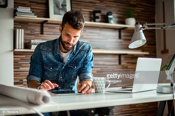 彼がすべての情報を取得していることを確認する - フリーランス ストックフォトと画像