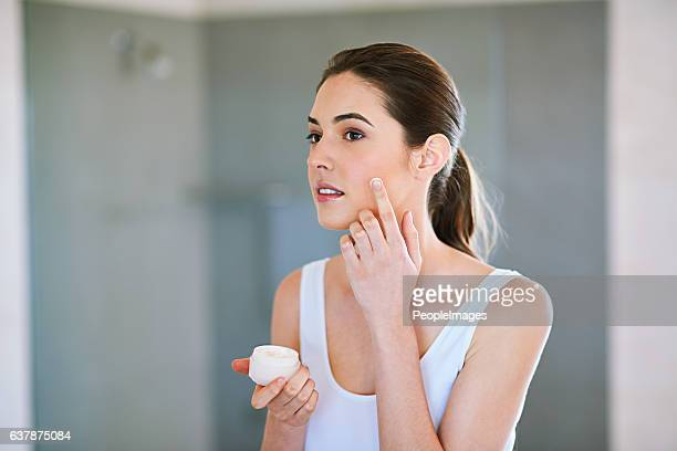 making sure her skin stays smooth and flawless - aspecto da epiderme - fotografias e filmes do acervo