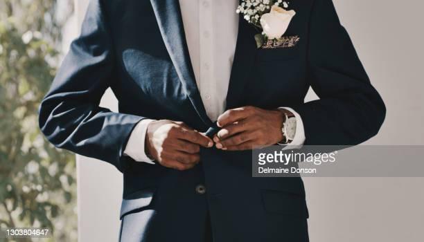 assicurandomi di guardare il punto per la mia sposa - cerimonia foto e immagini stock