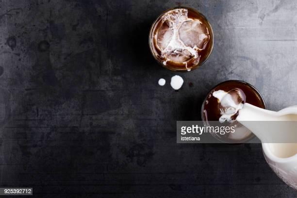 making thai iced coffee with cream - kombination stock-fotos und bilder