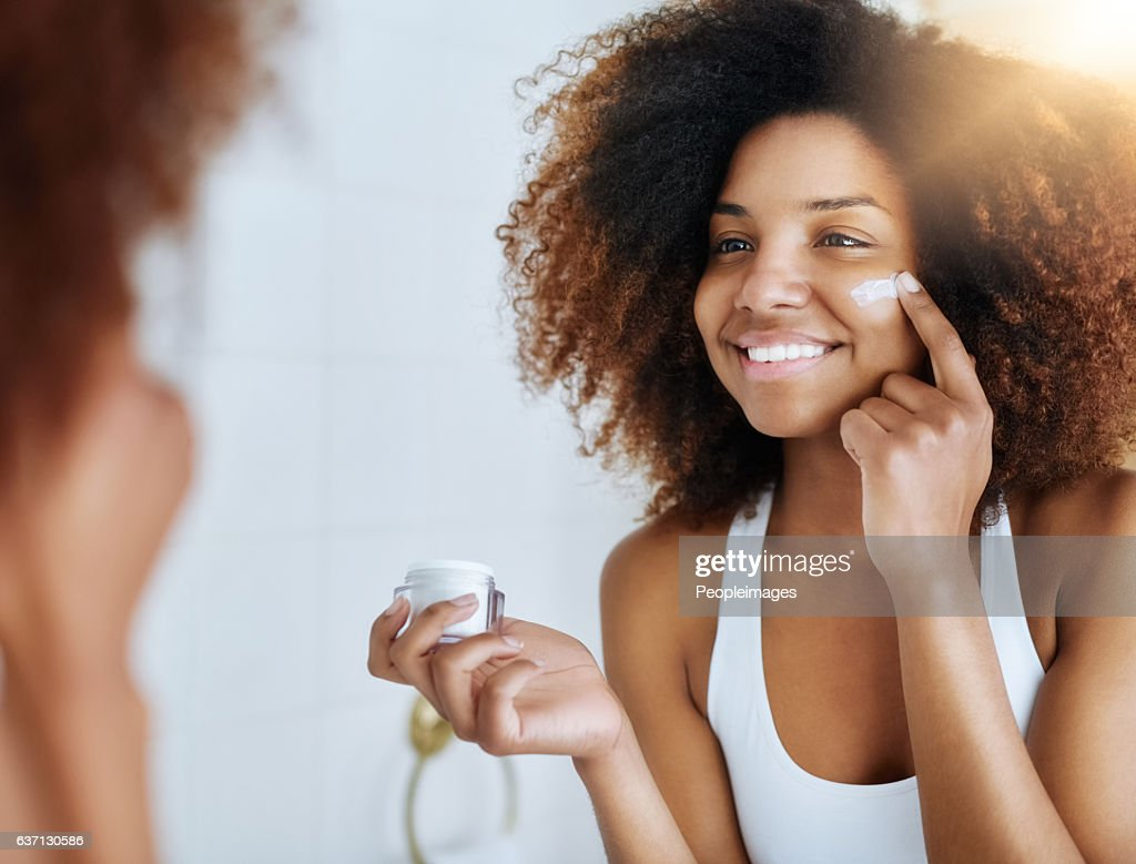 Making the health of her skin a priority : Stockfoto