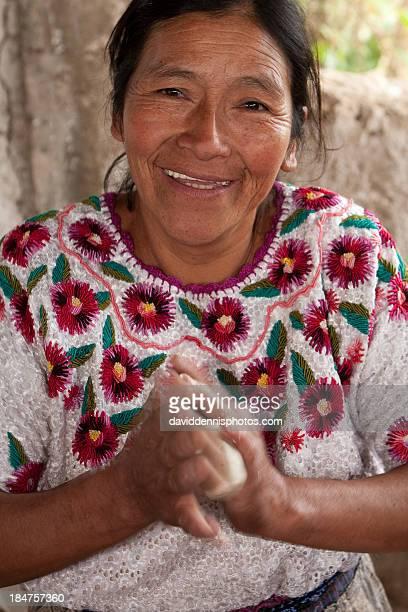 making tortillas in momostenango - guatemala fotografías e imágenes de stock
