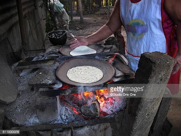 making tortillas - américa central fotografías e imágenes de stock