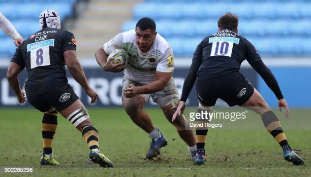 Mako Vunipola of Saracens takes on Nizaam Carr and Danny Cipriani during the Aviva Premiership match between Wasps and Saracens at The Ricoh Arena on...