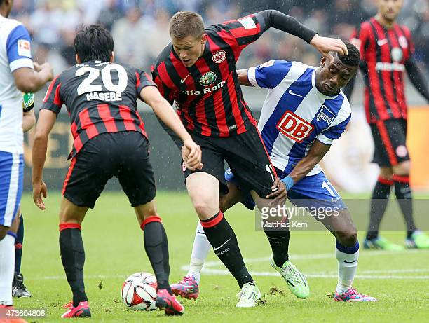Makoto Hasebe, Alexander Madlung and Kalou battle for the ball during the Bundesliga match between Hertha BSC and Eintracht Frankfurt at...