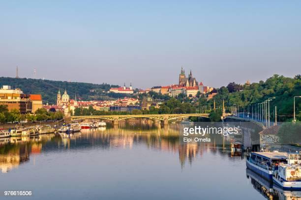 Mala strana y Praga Castillo reflejado en el río vltava. República Checa