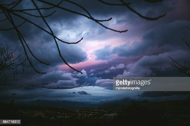 malaga gloomy skies - mjrodafotografia fotografías e imágenes de stock