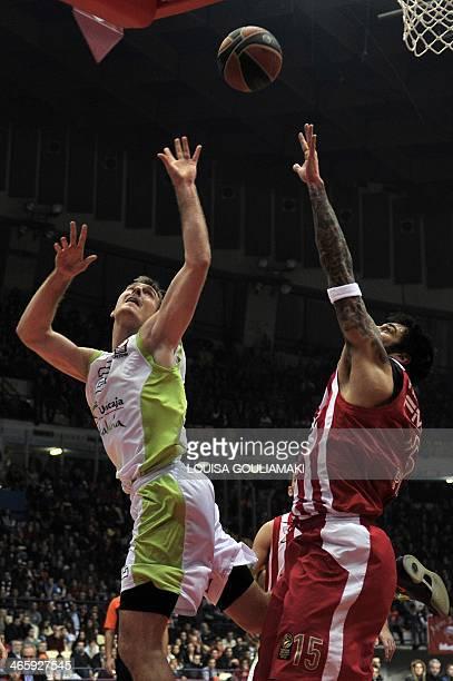 Malaga's Zoran Dragic tries to score past Olympiakos' Giorgos Printezis during the Top 16 round 5 Euroleague basketball match between Olympiakos...