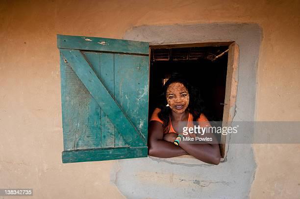malagasy woman wearing face paste madagascar - madagascar fotografías e imágenes de stock