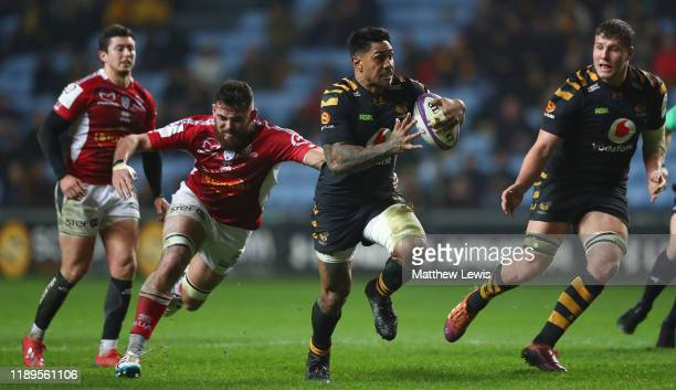 Malakai Fekitoa of Wasps breaks clear of the Agen defence to score a try during the European Rugby Challenge Cup Round 2 match between Wasps and Agen...