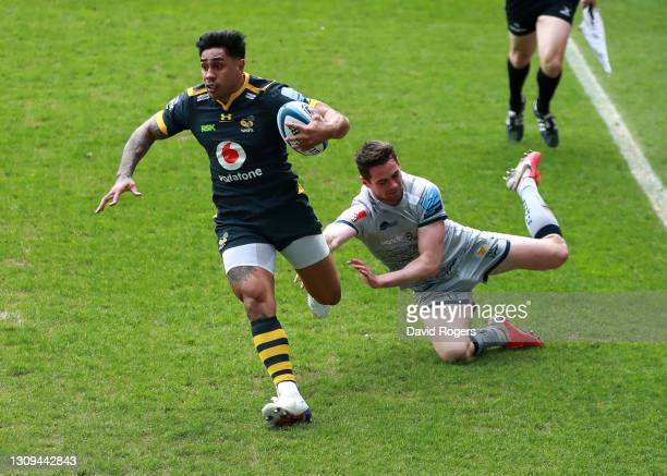 Malakai Fekitoa of Wasps goes past Luke James to score their first try during the Gallagher Premiership Rugby match between Wasps and Sale Sharks at...
