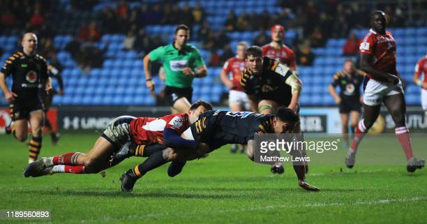 Malakai Fekitoa of Wasps scores a try during the European Rugby Challenge Cup Round 2 match between Wasps and Agen at The Ricoh Arena on November 23...