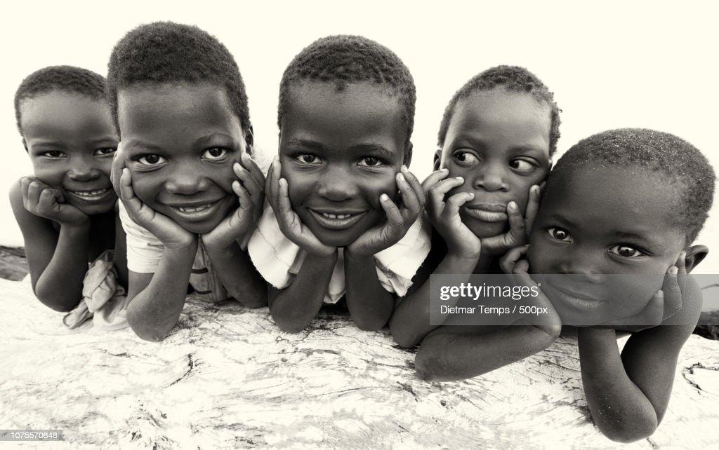 Malawi, kids at the beach of Lake Malawi : Stock-Foto