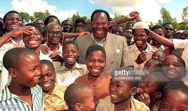 Malawi Presidentelect Bakili Muluzi leader of the Malawan United Democratic Front is surrounded by supporters 18 May 1995 in Blantyre President...