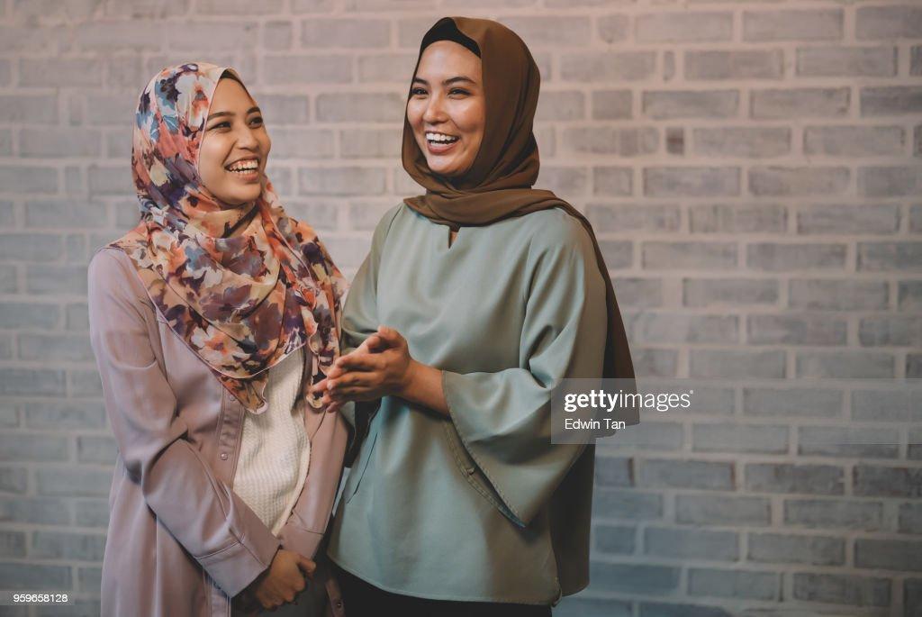 2 malaiischen weibliche Gruß und miteinander zu reden : Stock-Foto