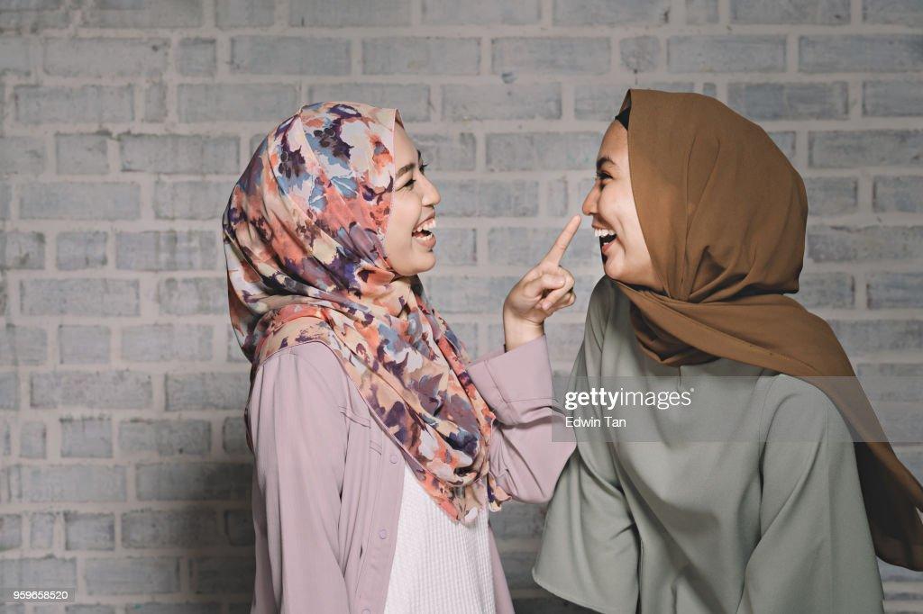 2 malaiischen Frauen umarmt und Spaß suchen sich gegenseitig : Stock-Foto