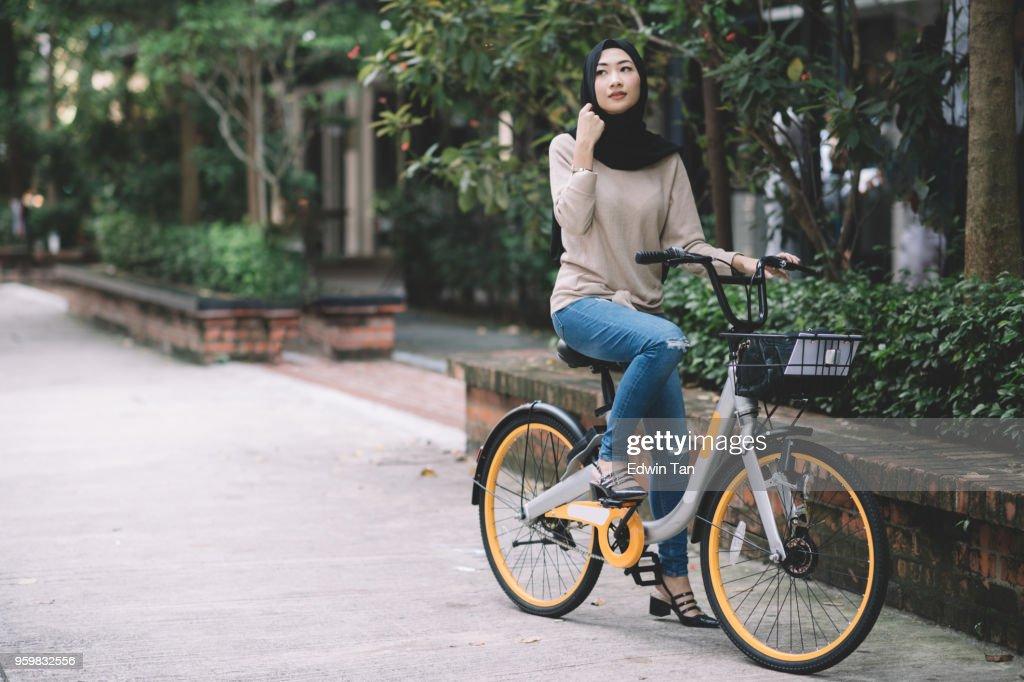 malaiischen Frauen ihr Fahrrad : Stock-Foto