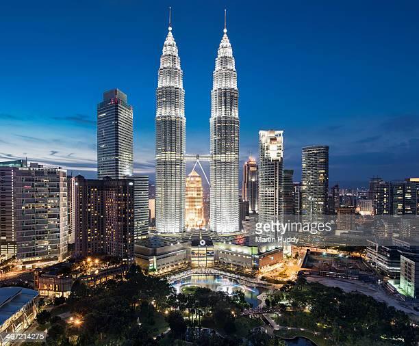 malaysia, kuala lumpur, petronas towers - torres petronas - fotografias e filmes do acervo